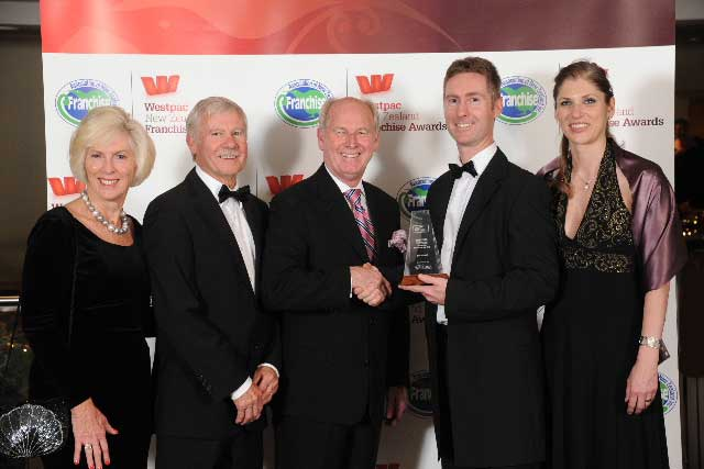 Just Cabins franchisor Fenton Peterken (second from right) and his wife Cindy and parents Daphne and Gary Peterken with award sponsor Wayne Billings of Waipuna Hotel and Conference Centre (centre)