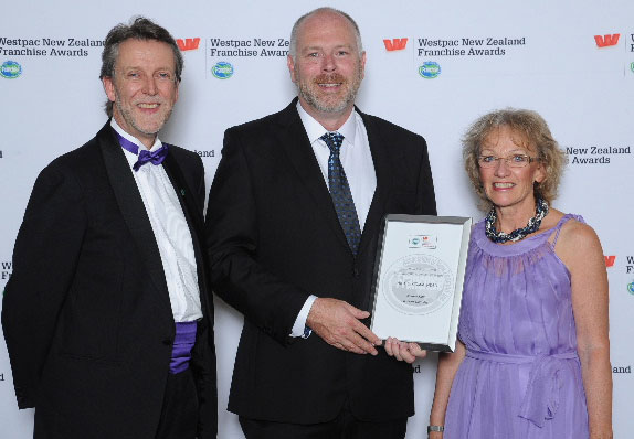 Andrew Kidd (centre) with Simon & Lorraine Lord of sponsors Franchise New Zealand magazine & website