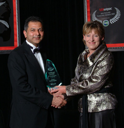 Shiraz Hajeee, Supreme Franchisee of the Year 2005, with then-minister Lianne Dalziel